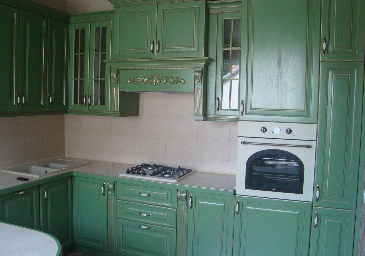 Угловая зеленая кухня с деревянными фасадами в классическом стиле