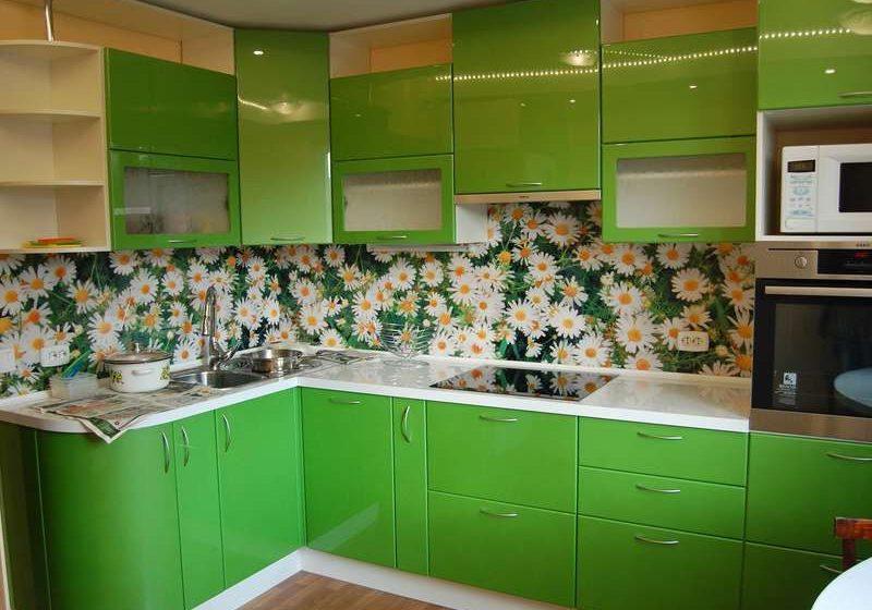 Угловая зеленая кухня с фасадами МДФ эмаль