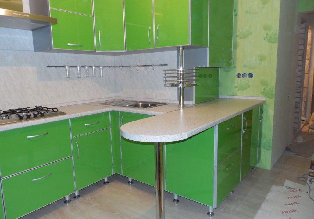 Угловая зеленая кухня с фасадами пластик и барной стойкой