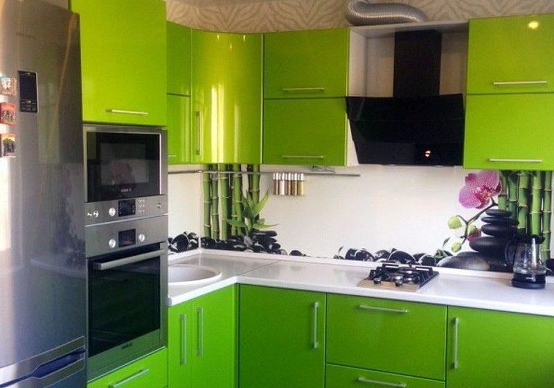 Угловая зеленая кухня с крашенными фасадами глянец