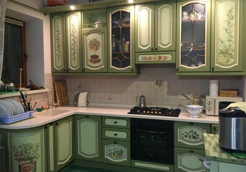 Угловая зеленая кухня с крашенными фасадами и рисунком