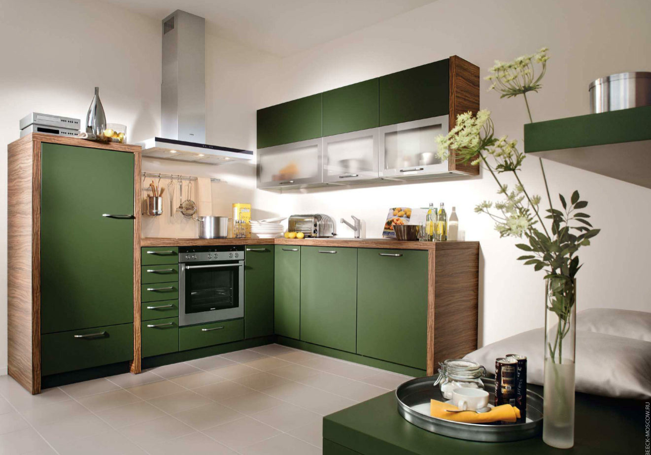 Угловая зеленая кухня с матовыми фасадами