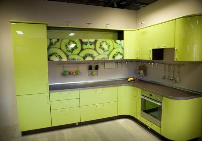 Угловая зеленая кухня с рисунком киви