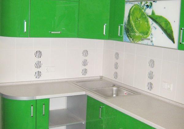 Угловая зеленая кухня с рисунком