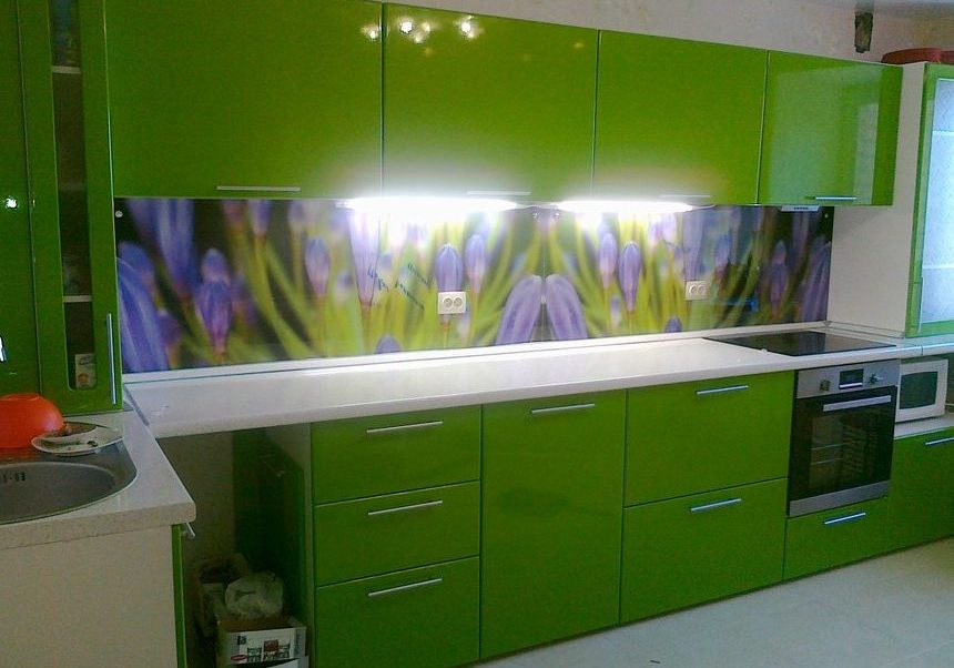 Угловая зеленая кухня с скинали