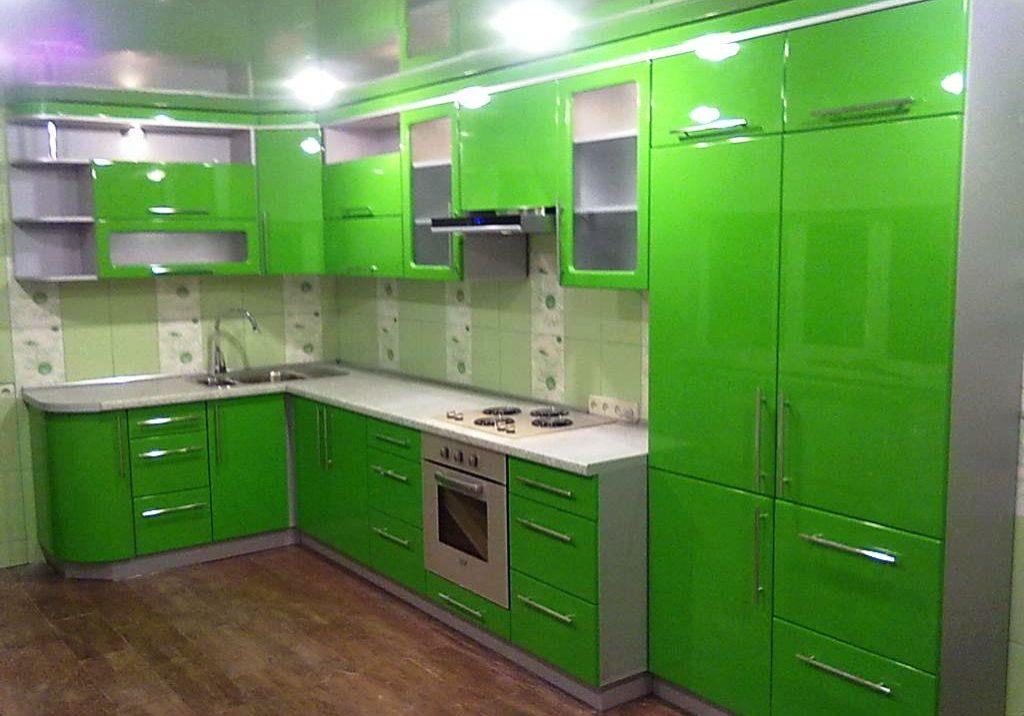 Угловая зеленая кухня в квартиру, фасады глянец