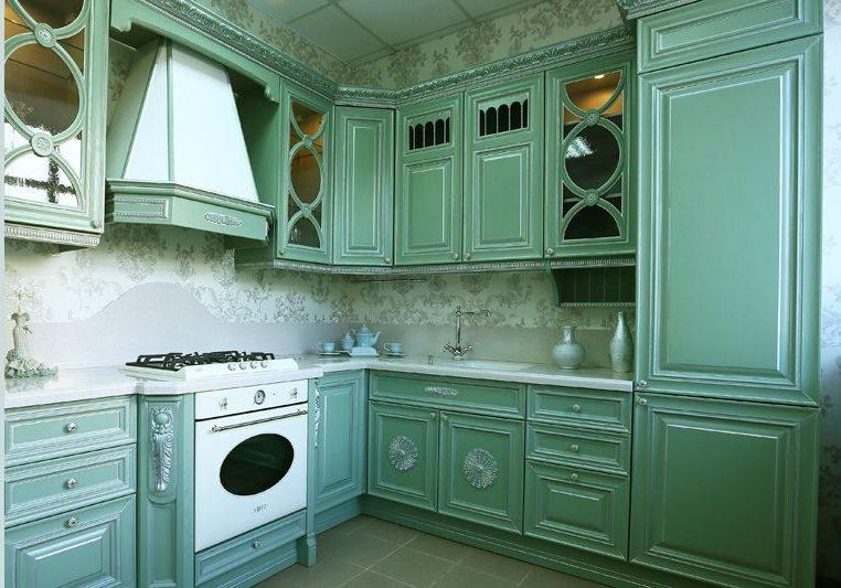 Угловая зеленая кухня в стиле классика, немного страний и подойдет к барокко
