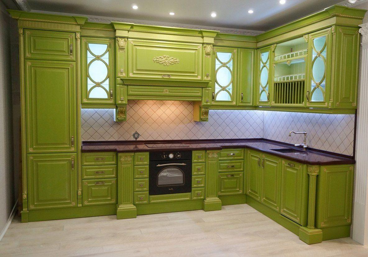 Угловая зеленая кухня в стиле классика с крашенными фасадами, немного вензелей и патины и будет барокко