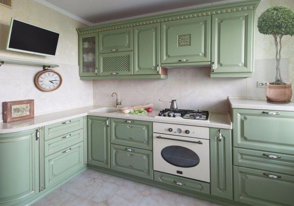 Угловая зеленая кухня в стиле классика, в квартиру