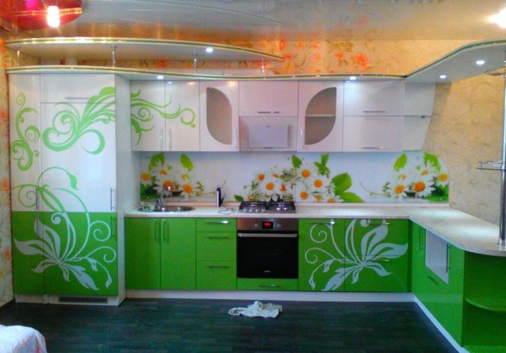 Угловая зелено-белая кухня с рисунком и барной стойкой