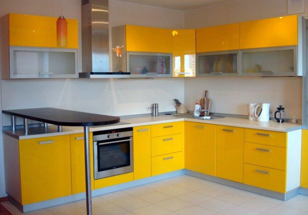 Угловая желтая кухня с белой столешницей и барной стойкой, глянец