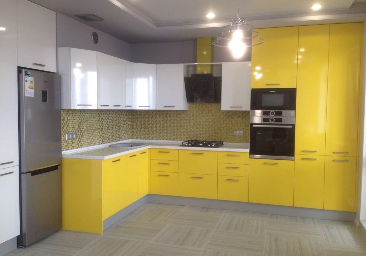 Угловая желто-белая кухня, большая