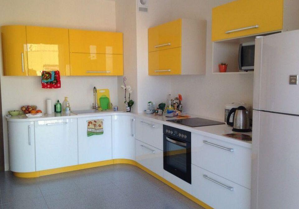 Угловая желто-белая кухня эмаль глянец
