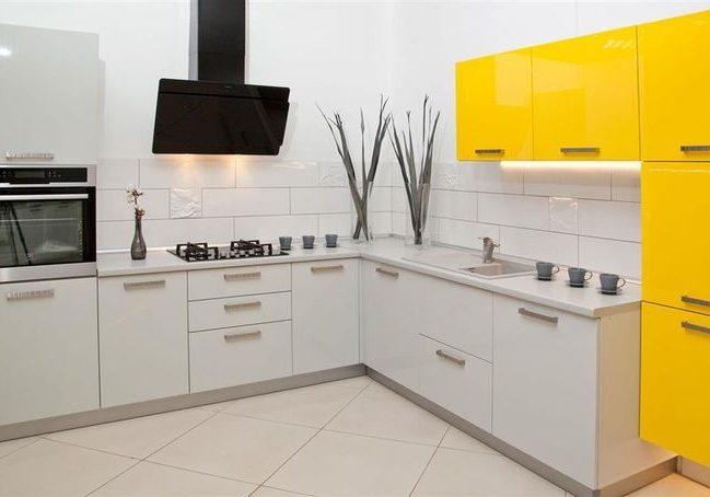 Угловая желто-белая кухня глянец МДФ и пленка