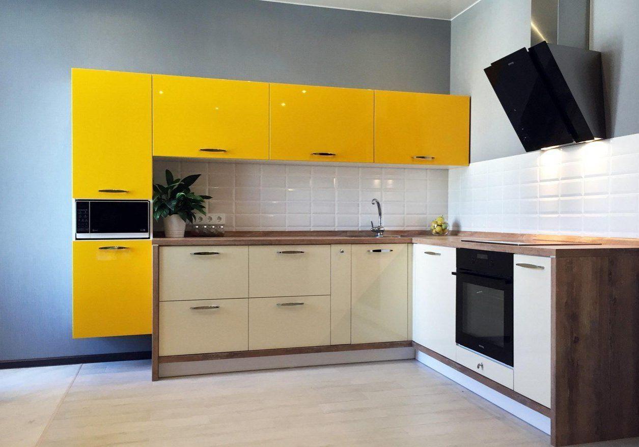 Угловая желто-белая кухня хай-тек