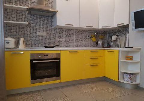 Угловая желто-белая кухня МДФ пленка матовая
