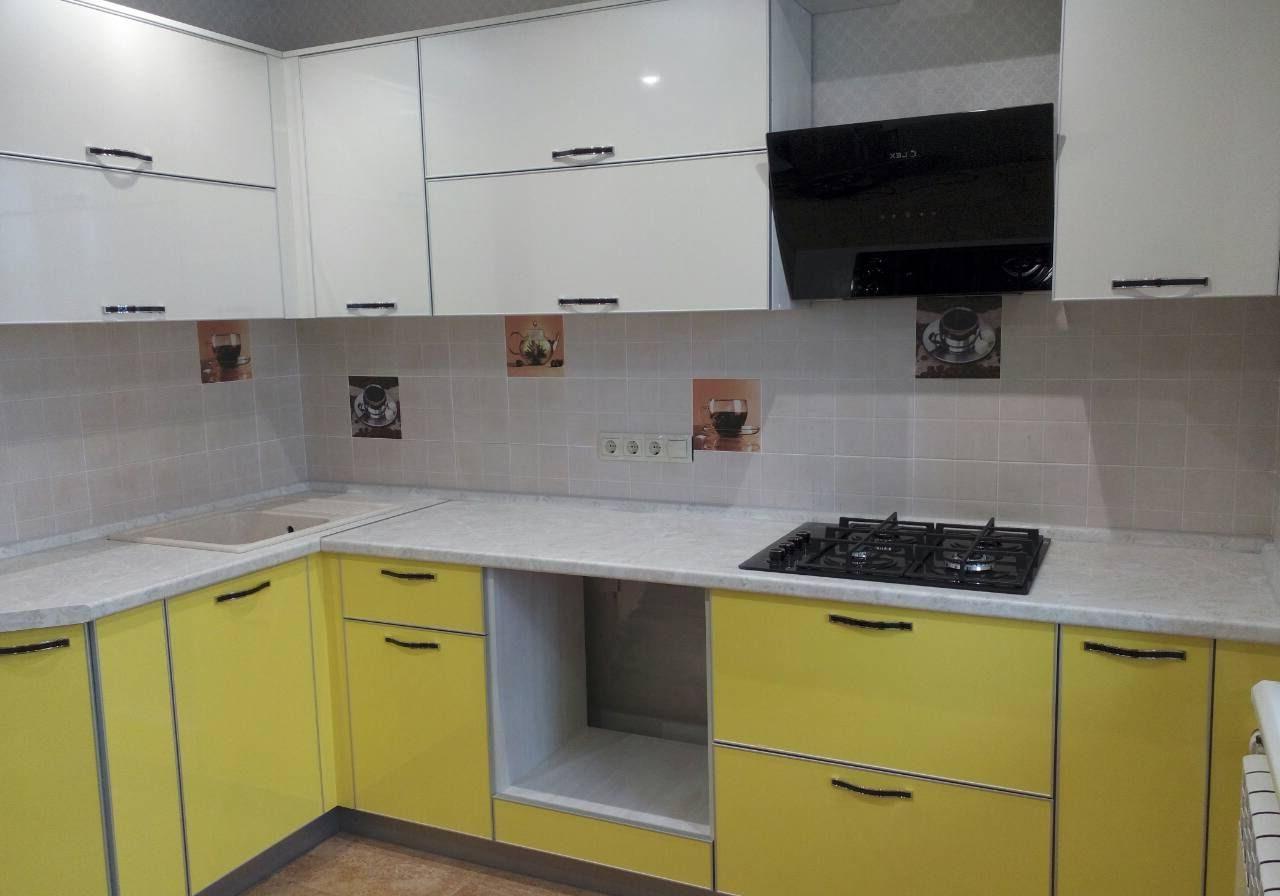 Угловая желто-белая кухня пластик