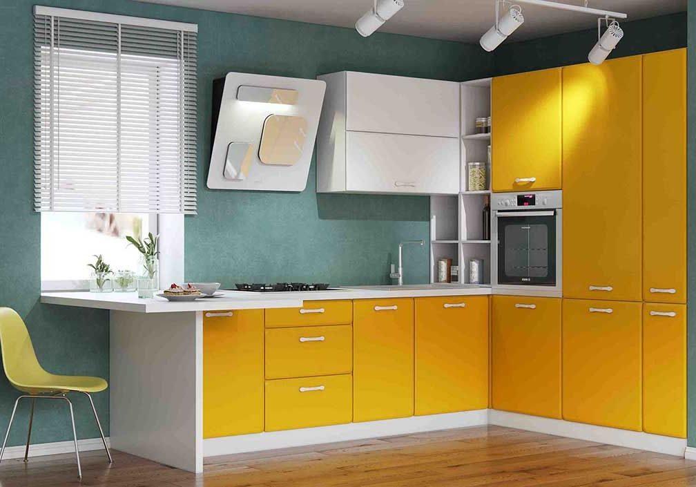 Угловая желто-белая кухня под окно с барной стойкой