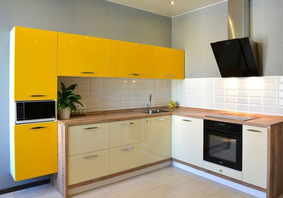 Угловая желто-белая кухня с деревом