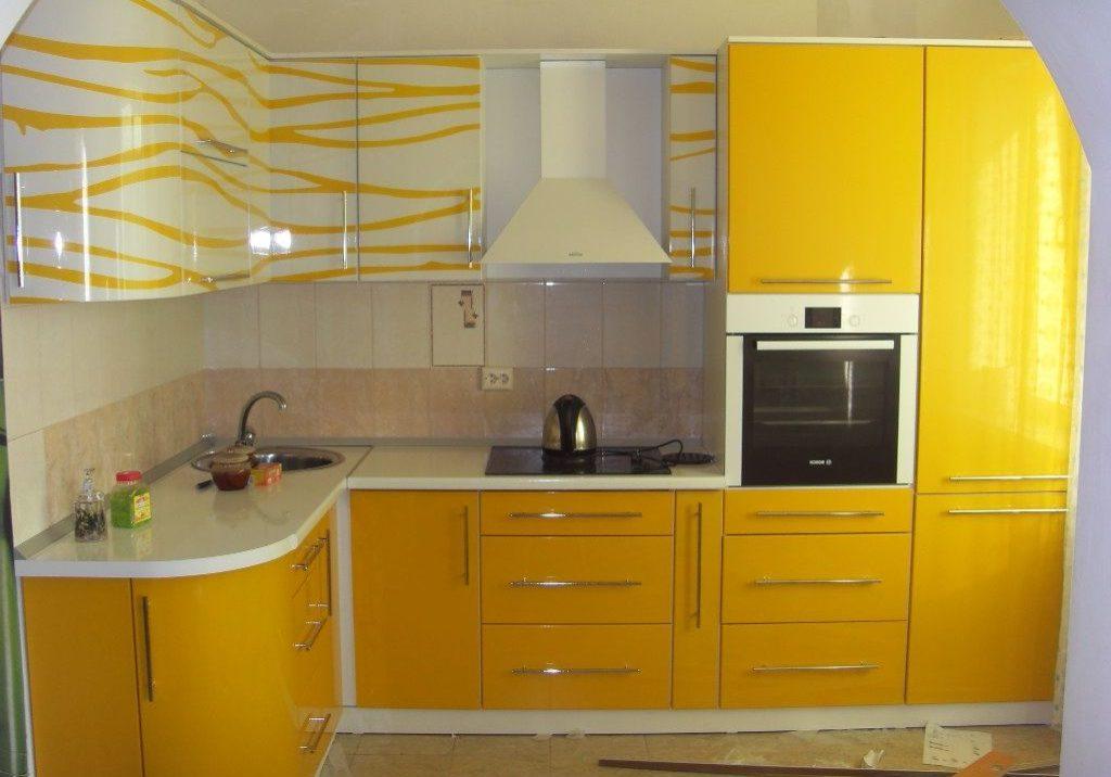 Угловая желто-белая кухня с рисунком