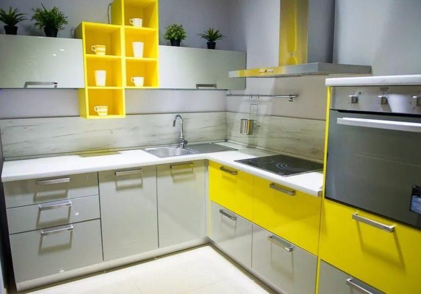 Угловая желто-белая серая кухня, глянец