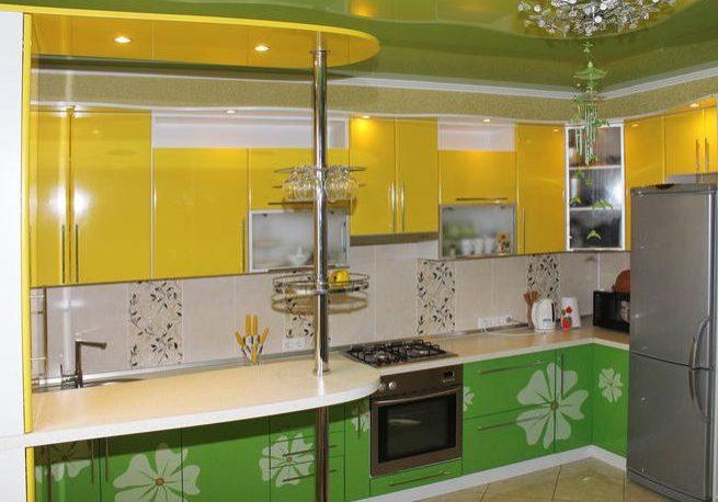 Угловая желто-зеленая кухня МДФ эмаль с рисунком и барной стойкой
