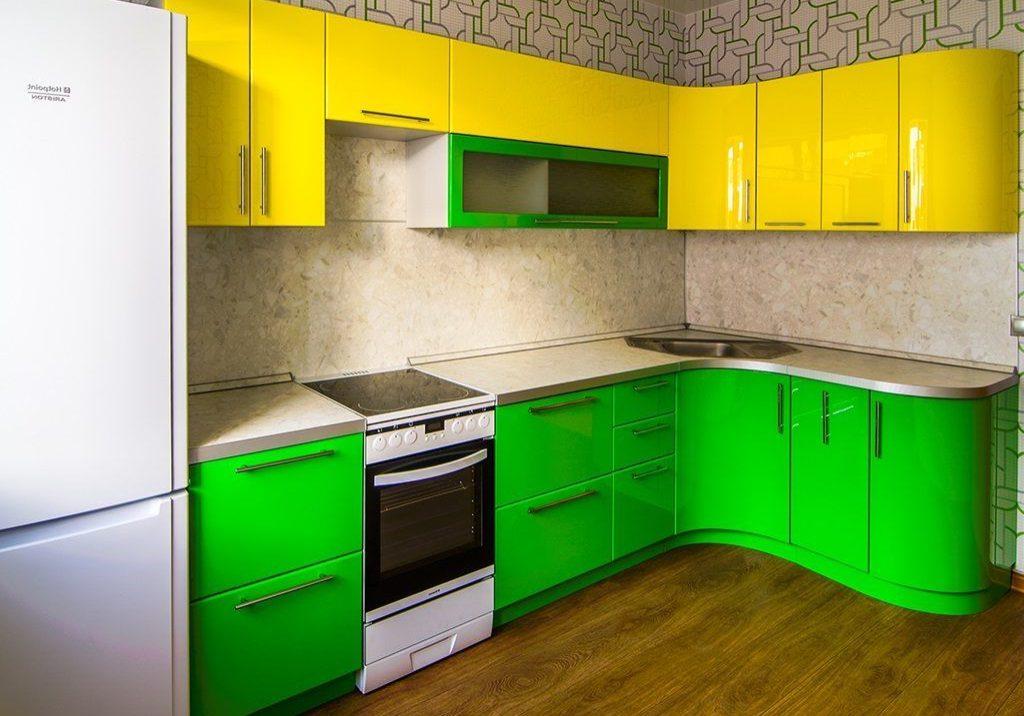 Угловая желто-зеленая кухня с фасадами МДФ пленка