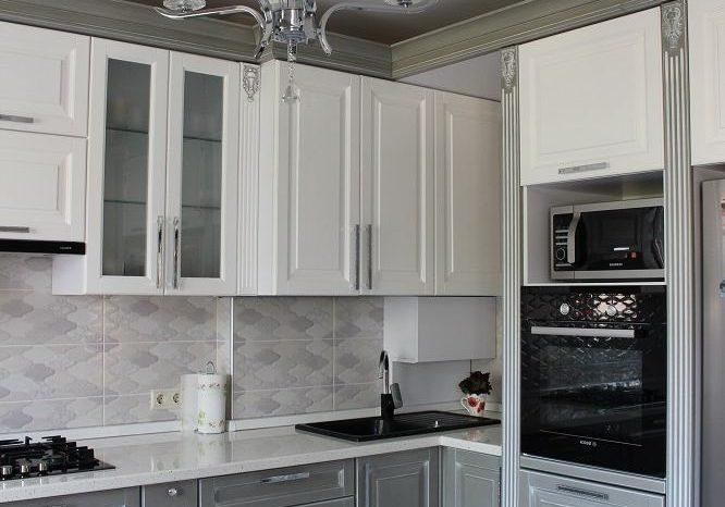 Угловая серо-белая кухня модерн, классика 2
