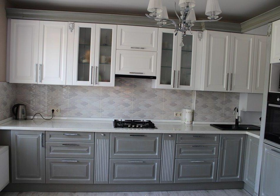 Угловая серо-белая кухня модерн, классика