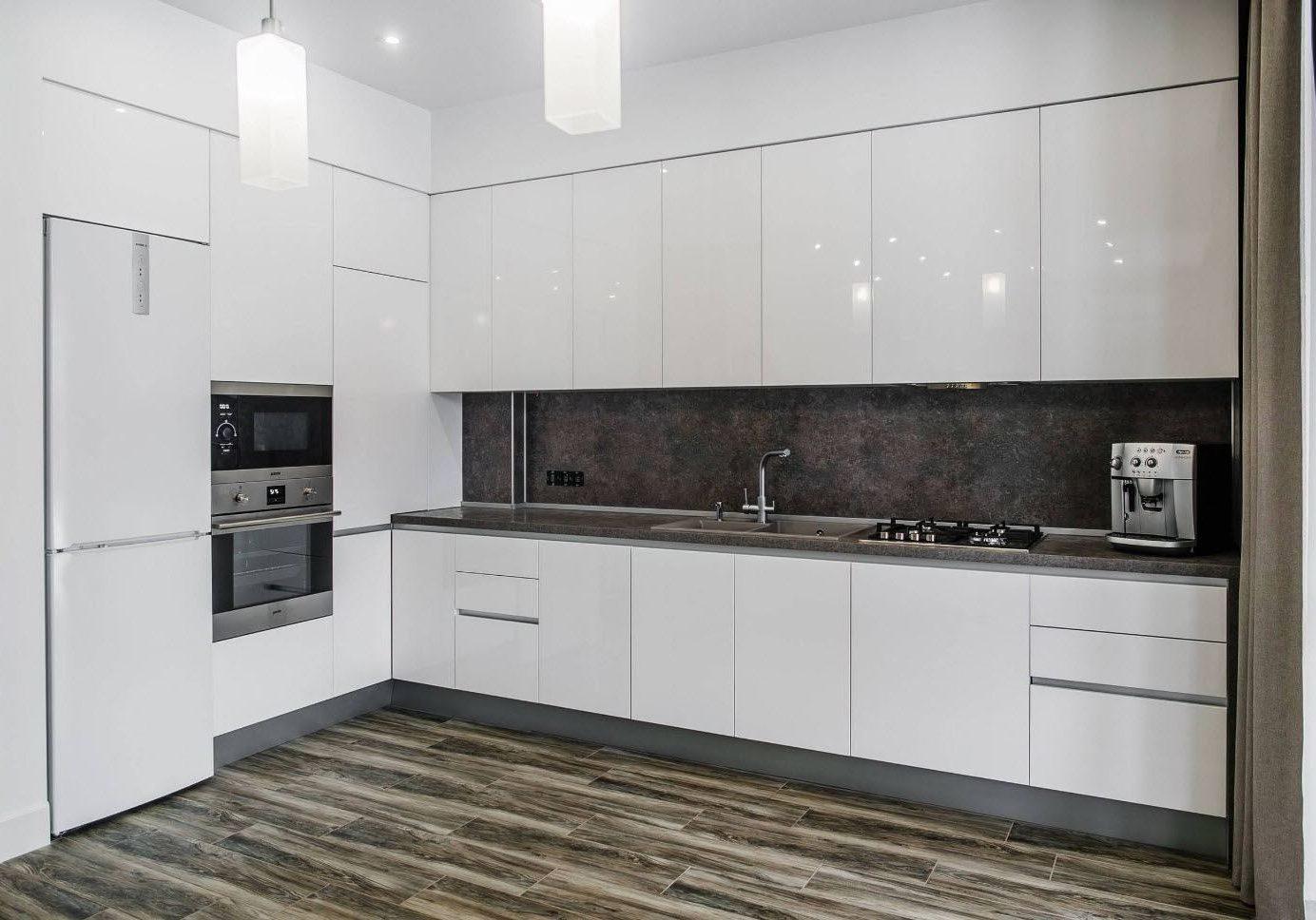 Встроенная глянцевая белая кухня