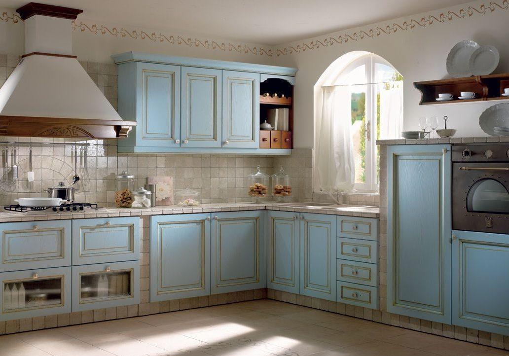 Встроенная голубая кухня прованс с фасадами ясень