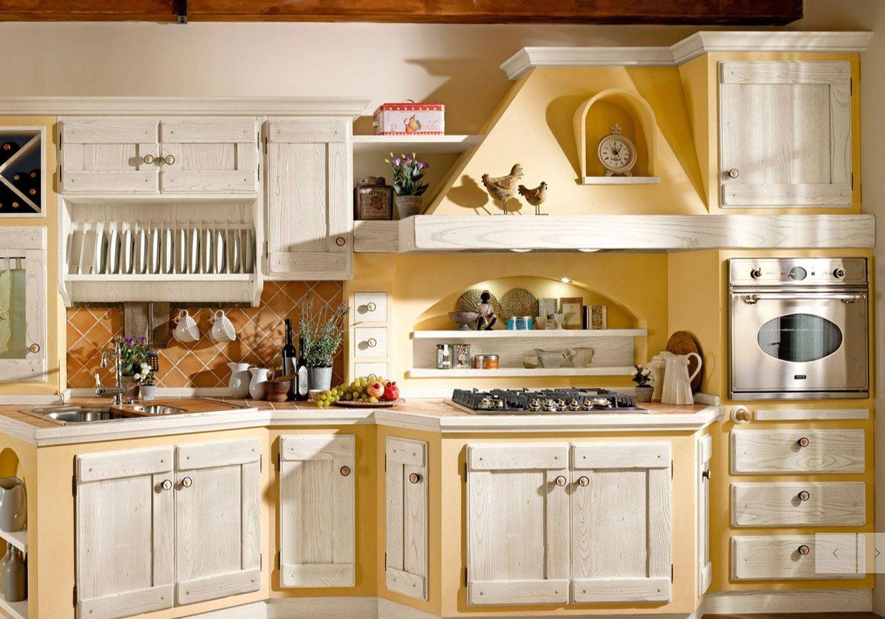 Встроенная кухня с фасадами из массива