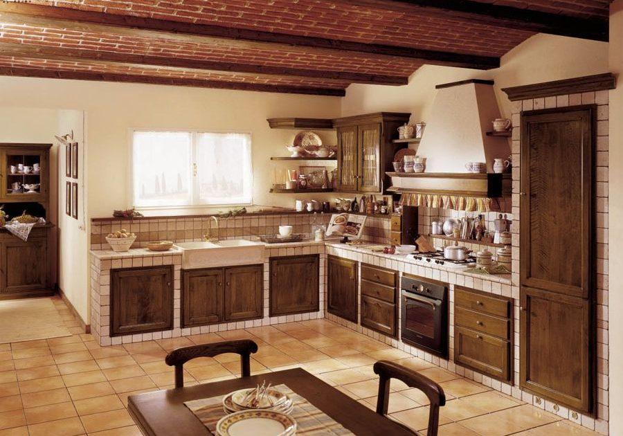 Встроенная кухня с натуральными фасадами из массива