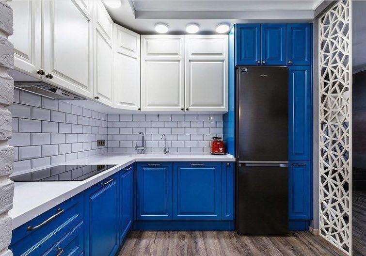 Яркая сине-белая кухня угловая МДФ модерн