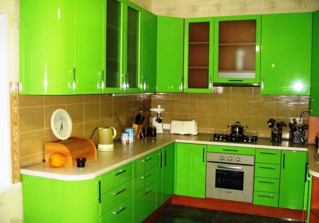 Ярко-зеленая кухня с полукруглыми фасадами
