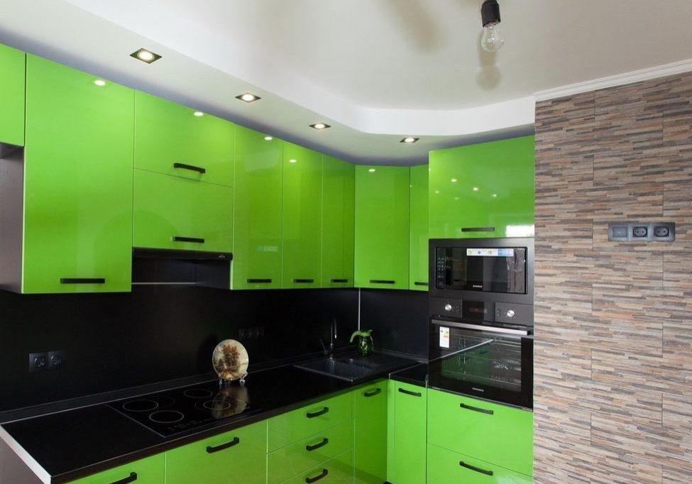 Ярко-зеленая угловая кухня с крашенными фасадами и черной столешницей