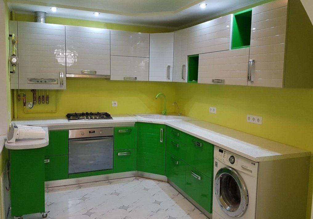 Заказная кухня с белым и зеленым цветом