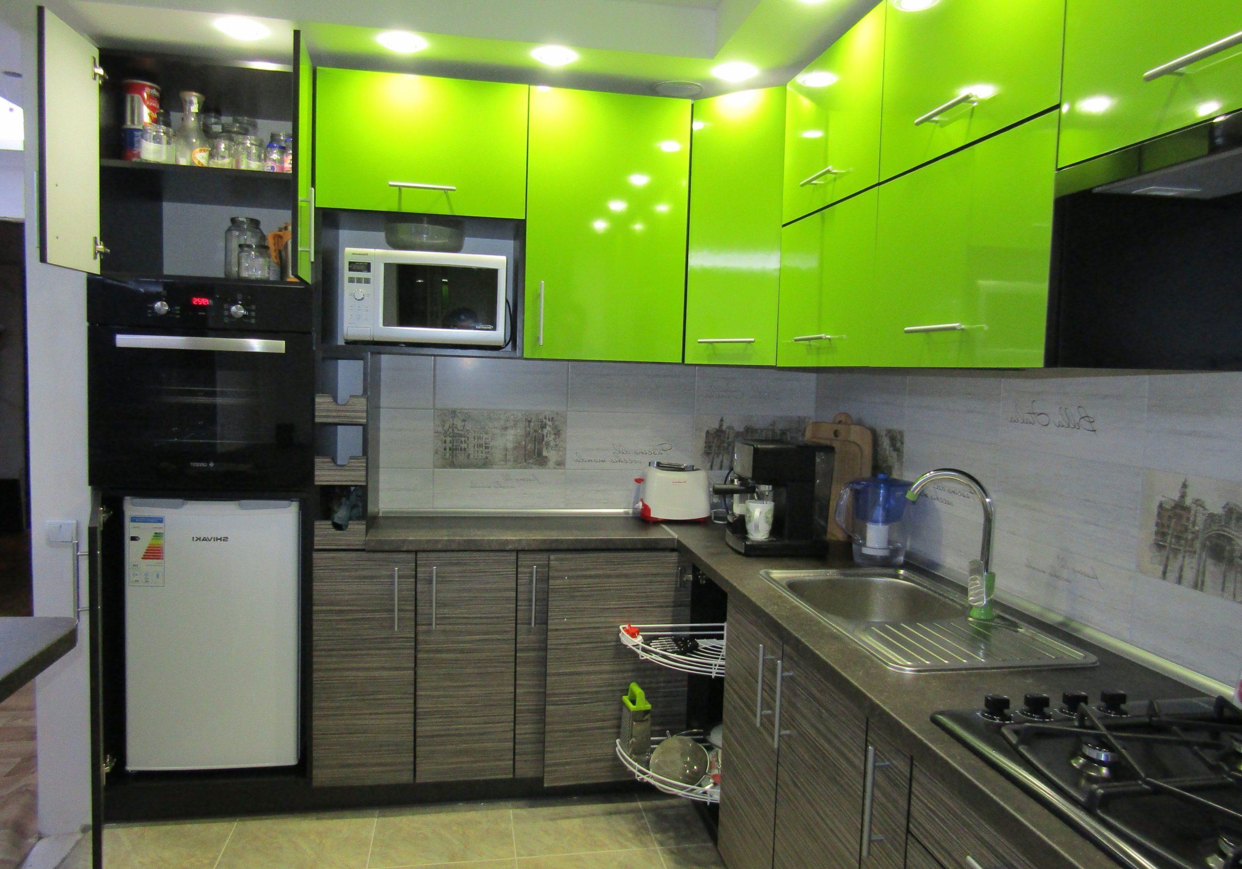 Зеленая кухня пластик с деревом, угловая