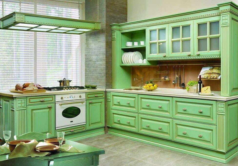 Зеленая кухня с фасадами из массива ясень