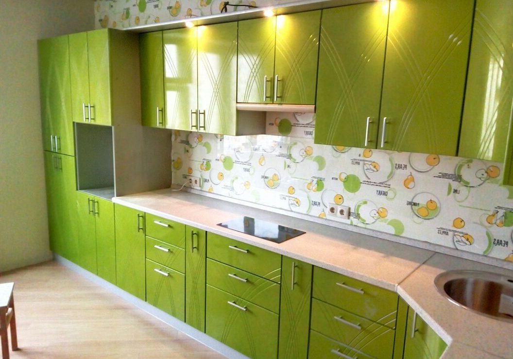 Зеленая кухня с красивыми крашенными фасадами