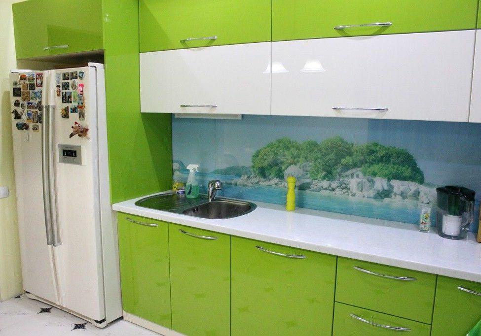 Зеленая кухня с разбавленными белыми фасадами