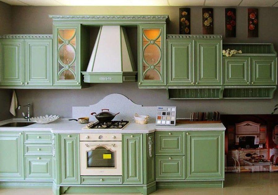 Зеленая кухня в смешанном стиле прованс и классика, прямая с патиной серебро
