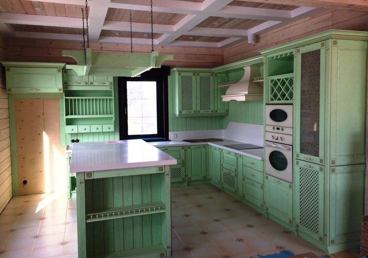Зеленая кухня в стиле прованс. Угловая с крашенными деревянными фасадами