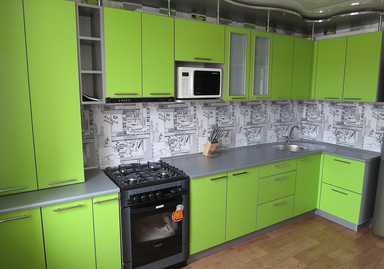 Зеленая матовая кухня