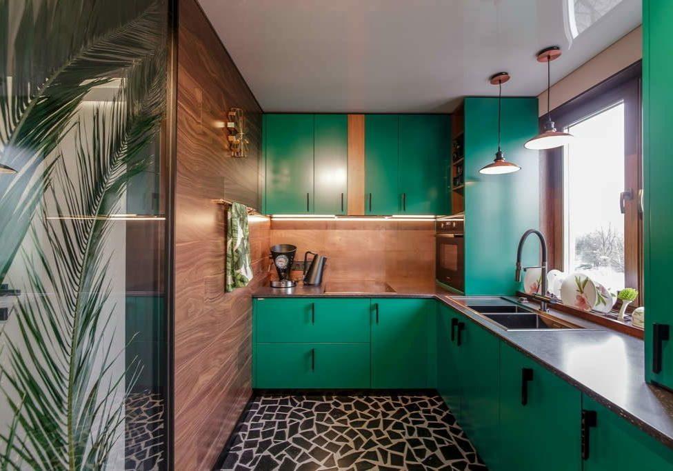 Зеленая п-образная кухня с фасадами под дерева