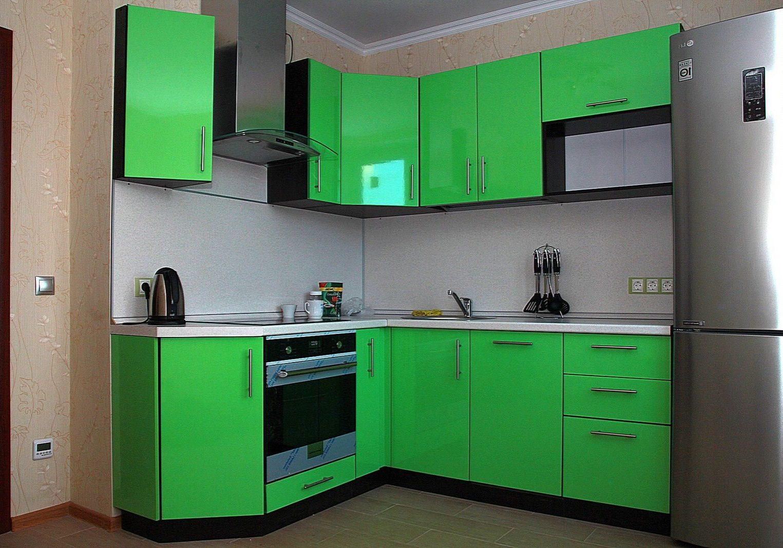 Зеленая угловая кухня с фасадами МДФ пленка
