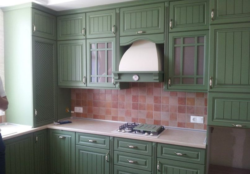 Зеленая угловая кухня с крашенными фасадами, прованс