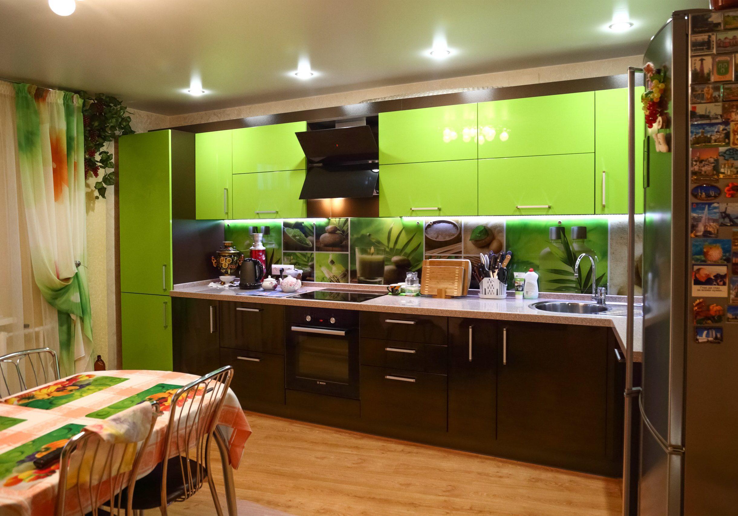 Зелено-коричневые кухни