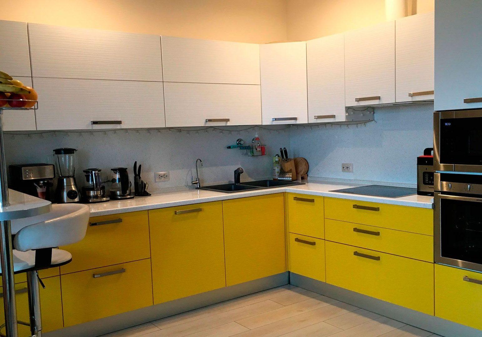 Желто-белая угловая кухня с барной стойкой, матовая